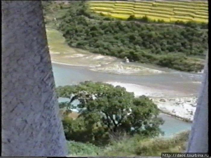 Вниз с утёса х до реки далеко падать
