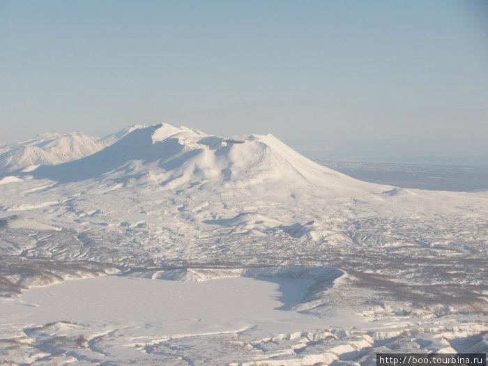 замёрзшее озеро и вулкан Малый Семячик