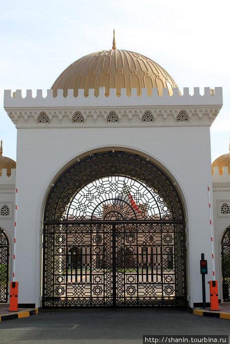 Вход во дворец эмира Бахрейна