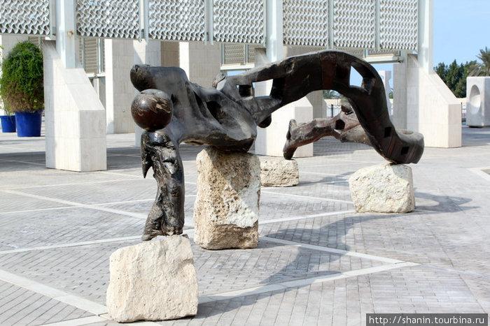 Скульптура во дворе Национального музея