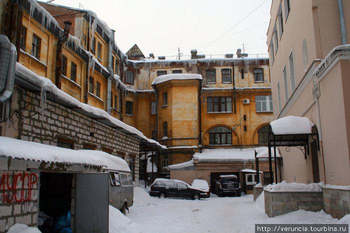 Двор в Банковском переулке.