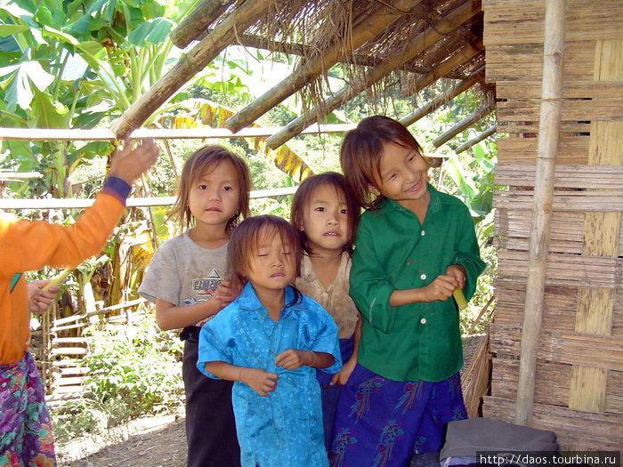 Хмонгские девочки в горной деревне