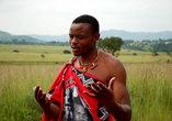 гид объясняет правила поведения в деревне