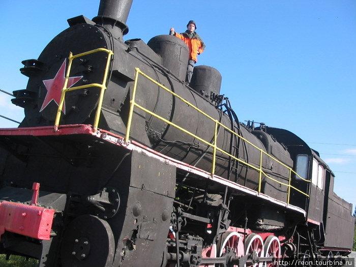 Памятник-паровоз серии Э на станции Харп.