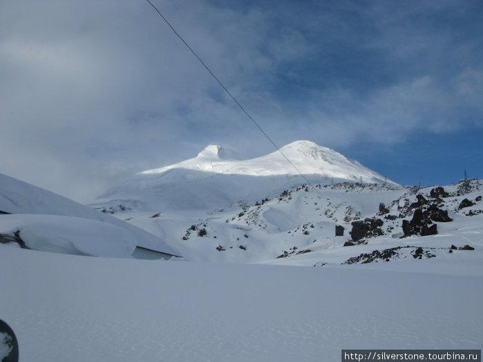 Вид на вершину Эльбруса со станции Мир