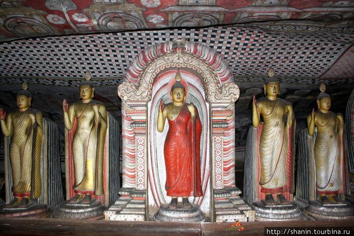 Стоящие Будды