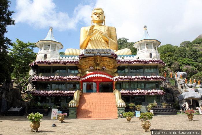 Музей и золотой Будда
