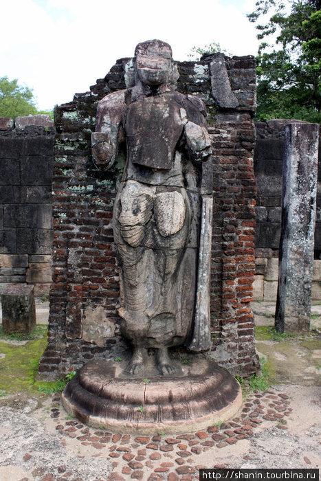 Полуразрушенный Будда