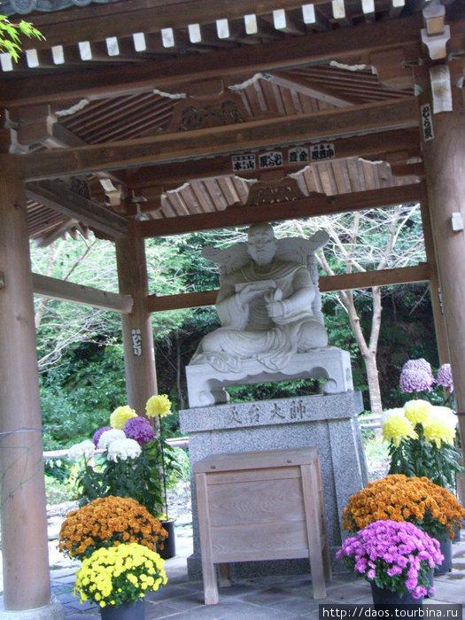 Памятник Энтину — основателю монастыря как школы Тэндай