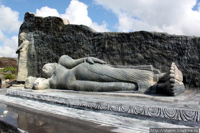 Лежащий Будда — имитация Будды в Полоннаруве
