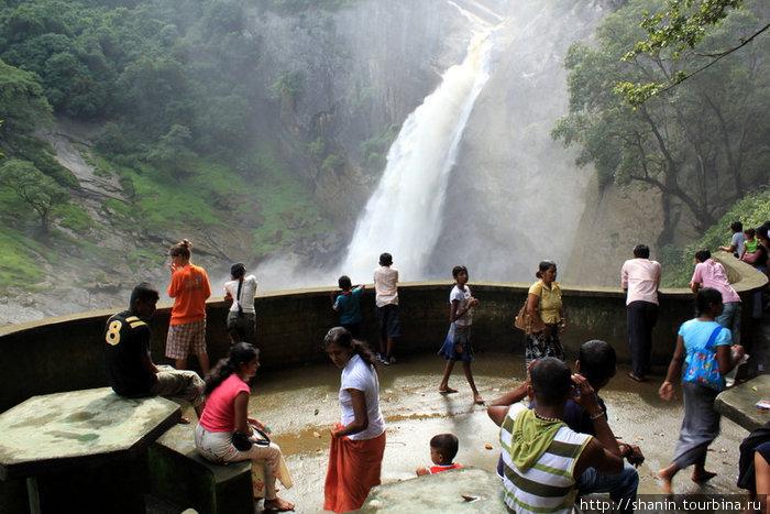 Зрители на водопаде Духинда