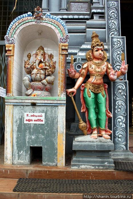 У входа в индуистский храм напротив автовокзала в Бадулле