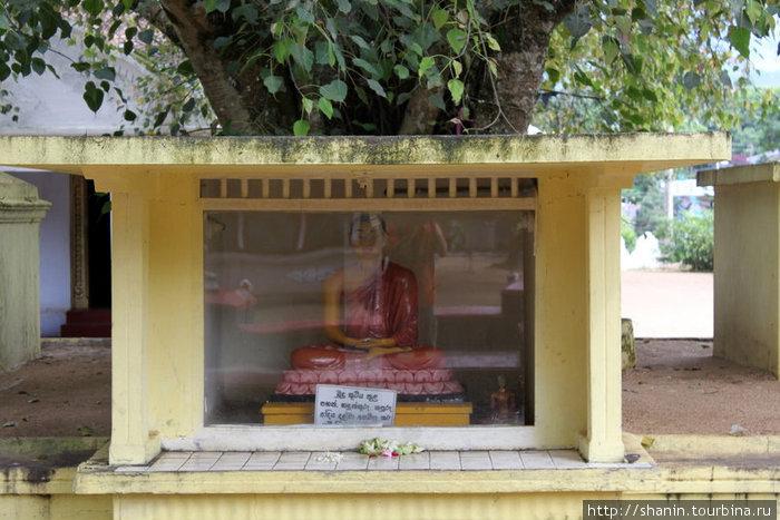 Алтарь в монастыре Мутиягана Вихара