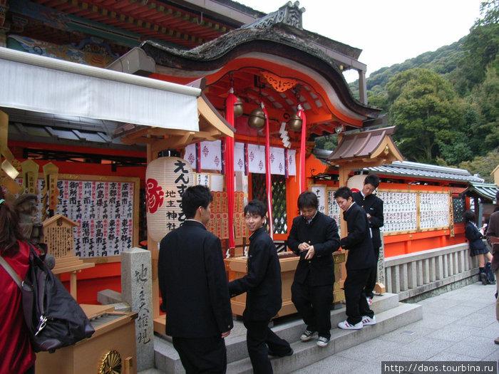 Школьнии в дзисю-дзиндзя в Киото