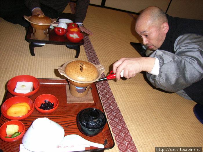 Монах готовит трапезу на горелке