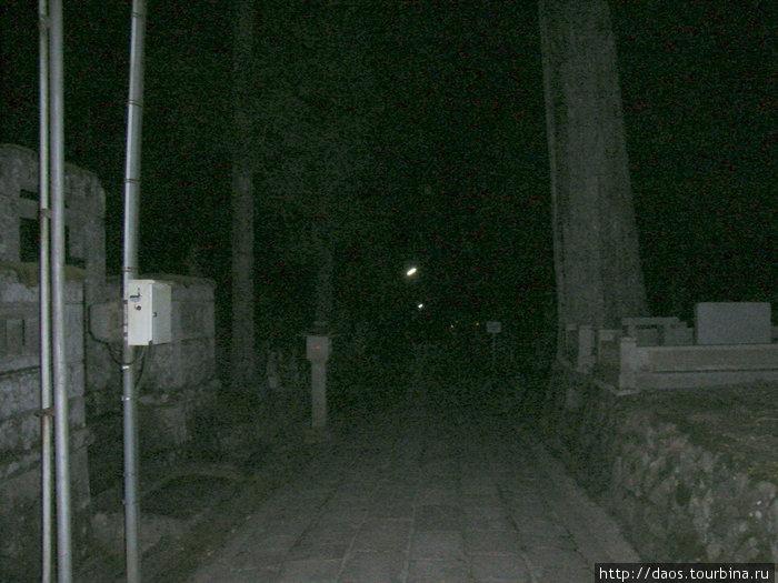 Кладбище, дорога к усыпальнице Кобо-Дайси