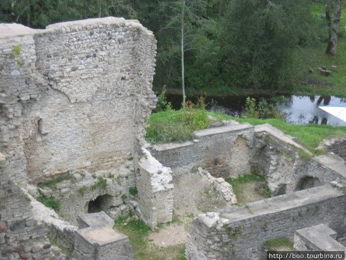 рядом с древними стенами течёт ручей Kloostri