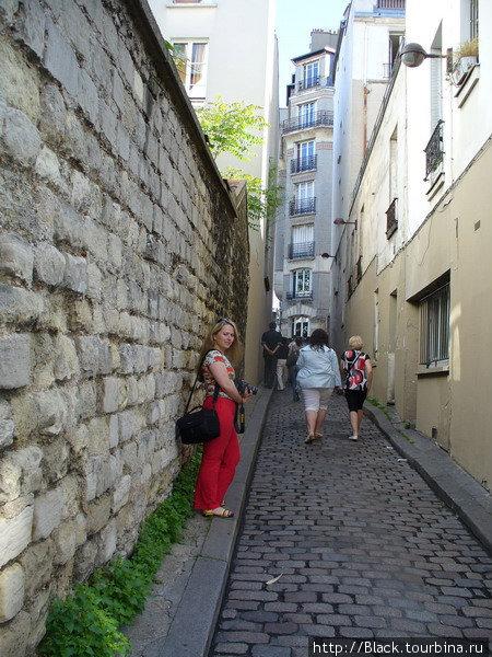 Самая узкая часть улицы Rue d'Orchampt, на которой стоит особняк актрисы Далиды
