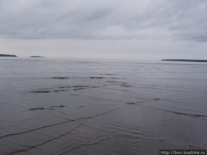 море вышивает свои крестики...