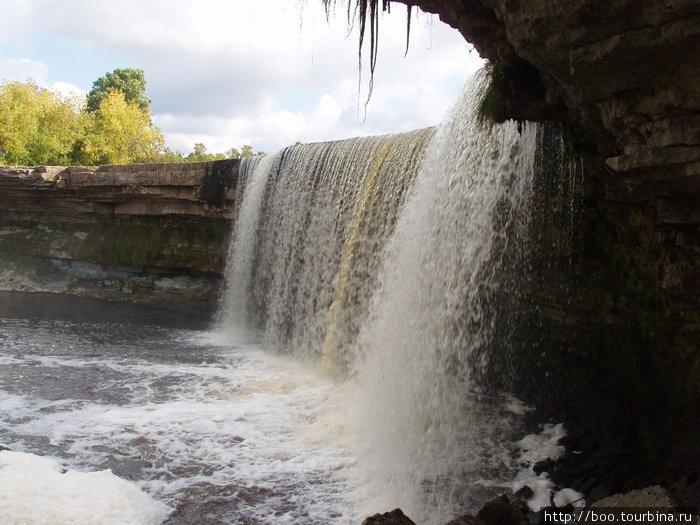 Ниспадающие воды образуют грот-галерею.