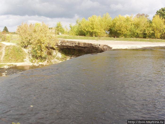 до водопада река Ягала спокойна и нетороплива.