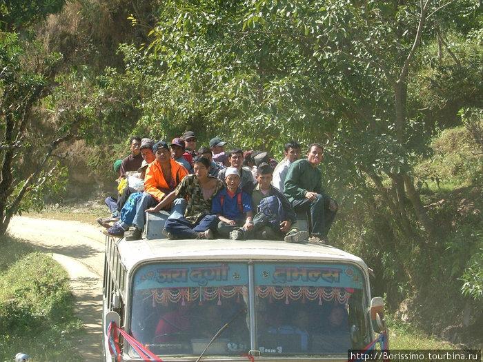 Вот так, на крыше автобуса непальцы путешествуют по стране. А в салоне сидят толстые, ленивые и богатые... мы :-).