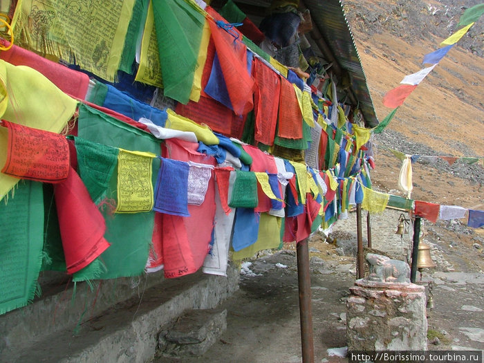 Тибетские флажки с молитвами.