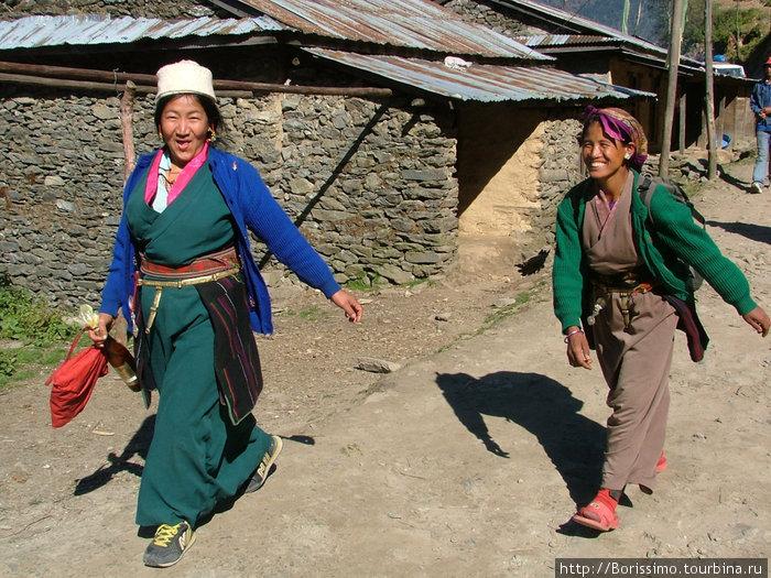 Счастливые улыбки непальских женщин.
