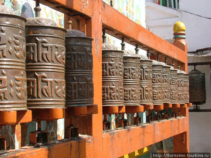 Вы видите 1-й в мире компьютер! Это автоматизированная система молитв. Стоит крутануть эти барабаны, как к Богу устремятся десятки молитв, выгравированных на них. Гениальное изобретение, не правда ли?