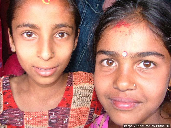 Непальские девочки. Непередаваемое смешение рас (индийцы, китайцы, непальцы).