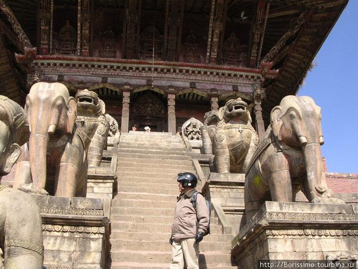 Фигуры индуистских богов.