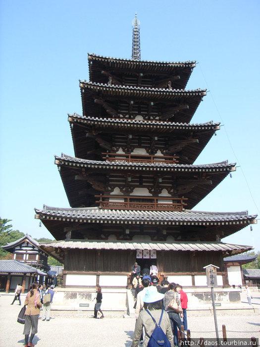 Старая деревянная пагода с VII века