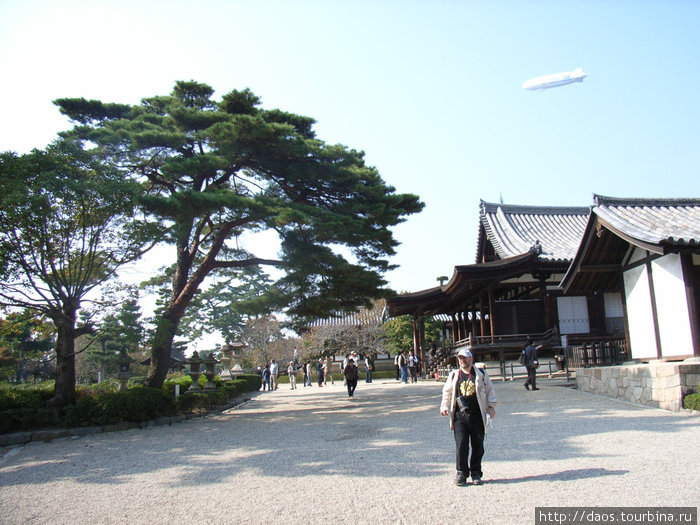 НЛО летает над храмом