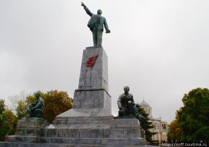 Ленин и храм. Вот такое вот странное соседство.