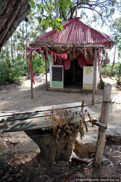 Индуистское святилище на пути к вершине скалы Элла