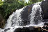 Водопад у основания скалы Элле, недалеко от железнодорожной линии