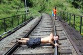 Железнодорожная колея — единственная дорога через джунгли