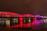 Вечерами городской мост начинает играть разными цветами