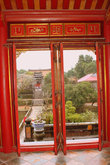 Через открытые двери и окна видны окружающие красоты
