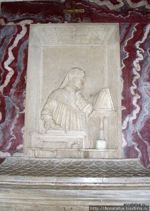 Саркофаг Данте и его изображение с лампой над ним.