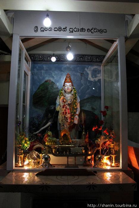 Статуя Будды у начала подъема на пик Адама