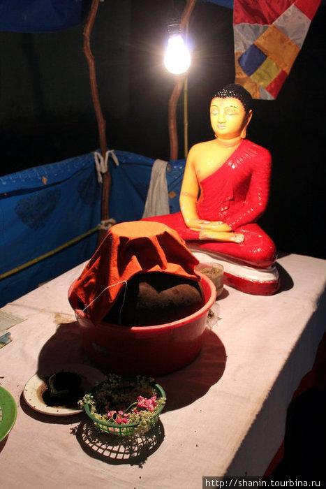 Статуэтка Будды недалеко от тропы