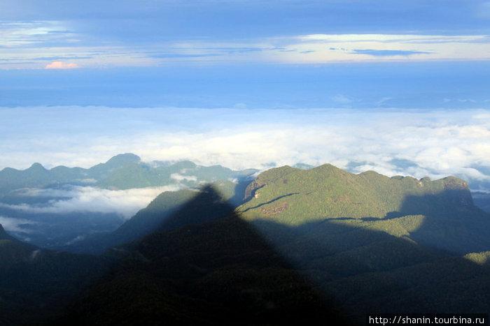 Горы и тень от Пика Адама