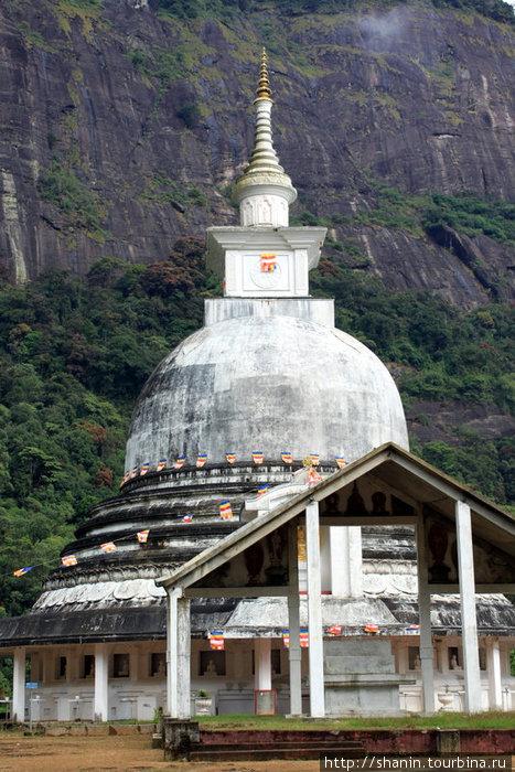 Пагода японско-шриланкийской дружбы у основания Пика Адама