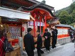 Школьнии в дзисю-дзиндзя в Киото.  Закрыть.