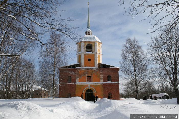 Колокольня Антониево-Дымского монастыря.