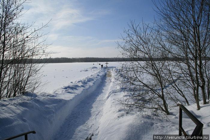Путь к камню на озере.