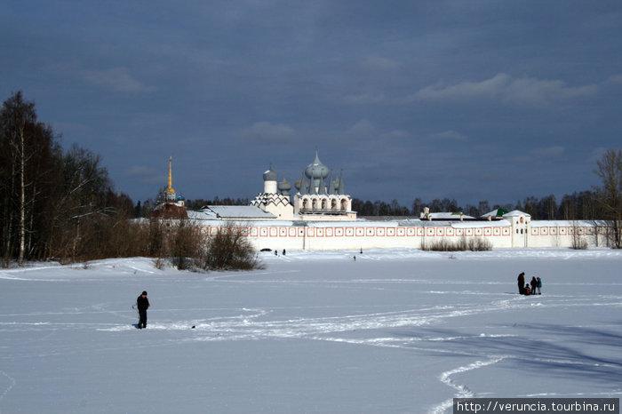 Вид на монастырь со стороны озера.