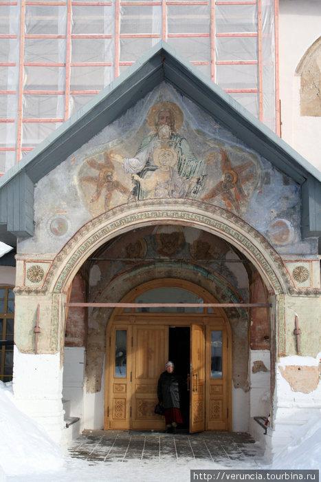 Фрески над входом в Успенский собор.