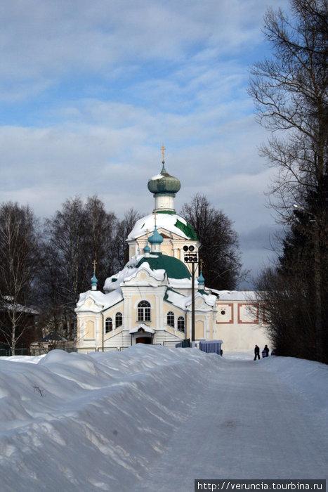 Церковь Крылечко, через которую мы попадаем в монастырь.